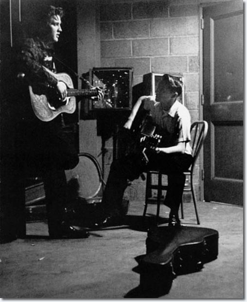 http://www.elvispresleymusic.com.au/pictures/img/elvis/50s/56/1956_may_27_between_shows_4_508.jpg