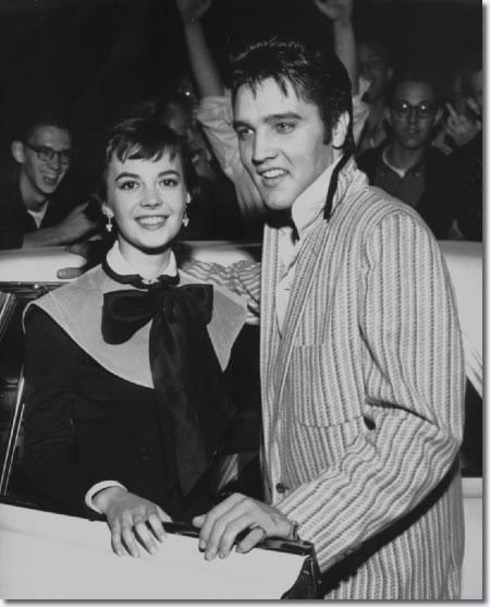 Natalie Wood y Elvis Presley fuera de la chiscas Hotel - 31 de octubre 1956