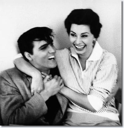 Elvis Presley y Sophia Loren reúnen para hablar sobre el conjunto de Rey Creale, enero 1958