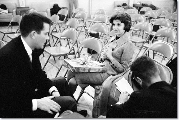 Nancy Sinatra waitng de Elvis en llegar, en Fort Dix, 3 de marzo de 1960.