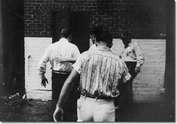 Elvis arrives through the alley at rear of theater : Aug 1956.