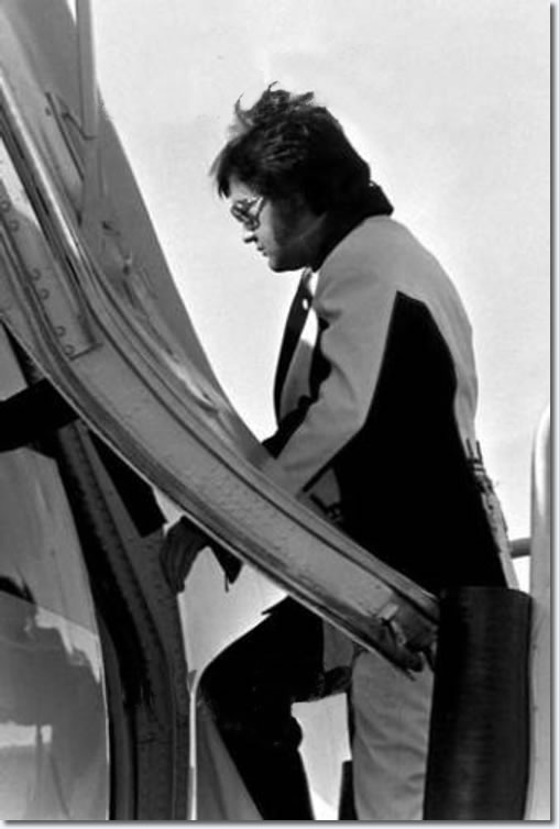 Elvis Presley : Leaving Cincinnati, OH on March 22, 1976 after two shows there on March 21, 1976.