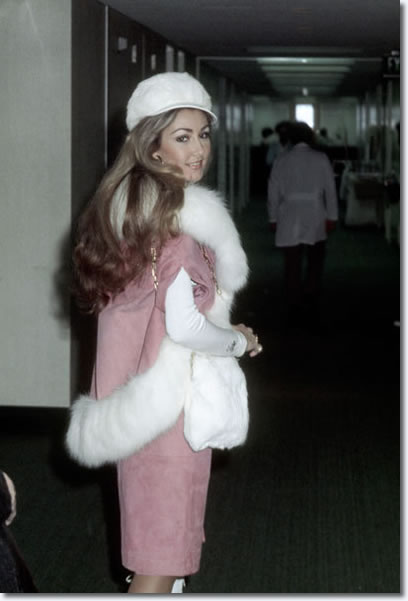 Linda Thompson outside Baptist Memorial Hospital : Feb 12, 1975