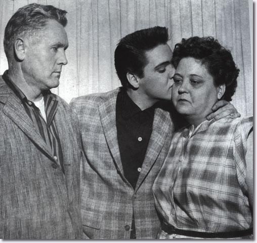 Aretha Franklin Childhood >> Elvis Presley Photos  Gladys, Vernon & Elvis Presley